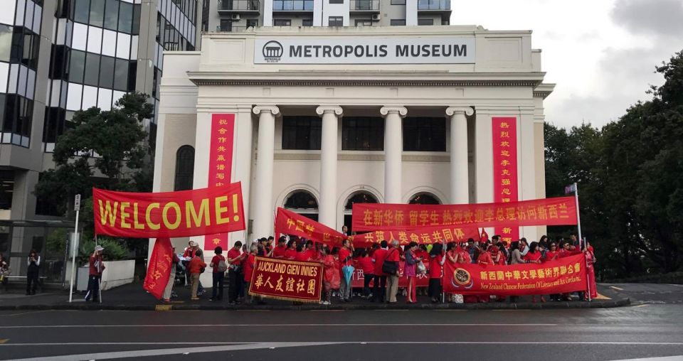 Supporters brave all weathers to welcome Chinese Premier